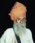 Bhagat Puran Singh wearing the black belt of the mini-sword as part of the Khalsa Panth